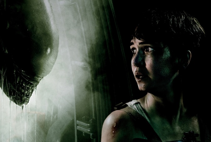 katherine-waterston-facing-xenomorph-alien-lu